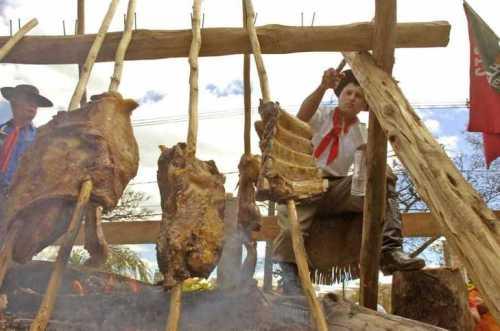 O churrasco feito no chão com espetos de pau é um clássico do tradionalismo Gaúcho