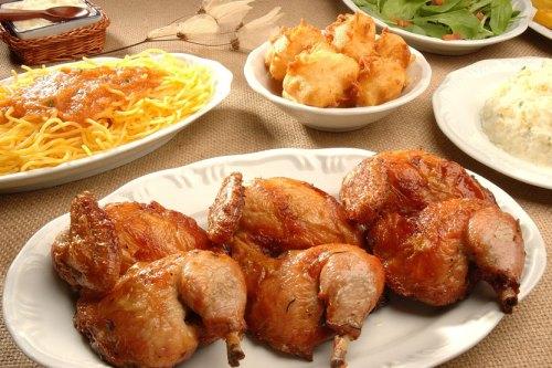 Tradicional galeto da galeteria acompanhado de massas e saladas.