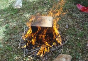 O fogo é colocado ao redor da lata